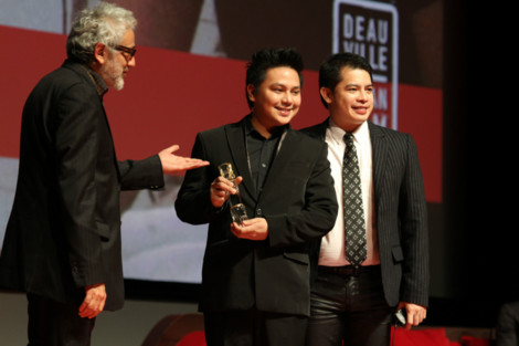 edong accepting award
